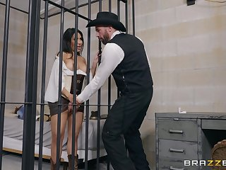 Lela Star gets out of jail by sucking and fucking a guard
