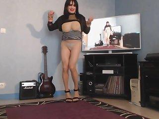milf danse avec ses grosses mamelles a l air