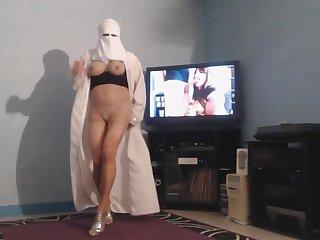 musulmane en burka montre ses seins